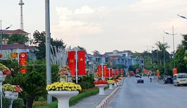 Các tuyến đường thành phố Yên Bái rực rỡ cờ hoa, chào mừng các ngày lễ kỷ niệm của tỉnh và hướng tới Đại hội đại biểu Đảng bộ thành phố Yên Bái lần thứ XX, nhiệm kỳ 2020 - 2025.