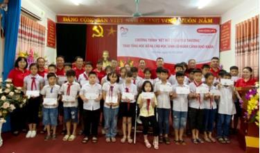 Lãnh đạo Dai-ichi Life Việt Nam trao học bổng cho 74 em học sinh có hoàn cảnh khó khăn tại trường tiểu học Nguyễn Thái Học