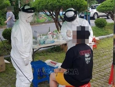 Nhân viên y tế lấy mẫu dịch xét nghiệm COVID-19 cho người dân tại Okcheon, tỉnh Bắc Chungcheong, Hàn Quốc ngày 28/6/2020.