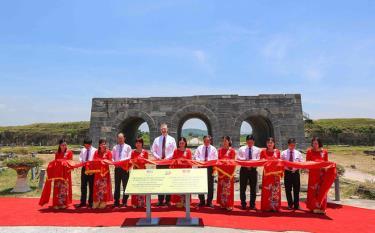 Đại sứ Daniel Kritenbrink và đại diện tỉnh Thanh Hóa cắt băng khánh thành dự án.