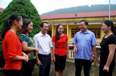 Đồng chí Giàng A Thào - Bí thư Huyện ủy Trạm Tấu trao đổi với lãnh đạo các phòng, ban xây dựng Đảng của huyện về công tác cán bộ.