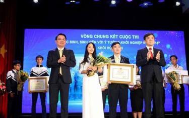 Các học sinh Trường Trung học phổ thông Phan Đình Phùng nhận giải nhất ở khối trung học phổ thông.
