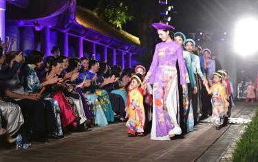 Trình diễn áo dài truyền thống trong không gian Di sản Văn Miếu - Quốc Tử Giám.