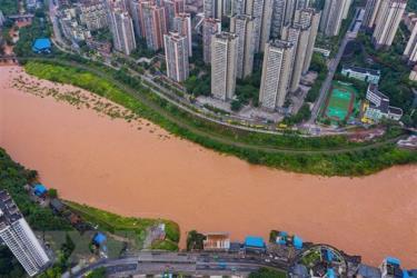 Nước sông dâng cao do mưa lũ tại Trùng Khánh, Trung Quốc ngày 1/7/2020.