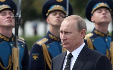 Tổng thống Nga Vladimir Putin duyệt đội danh dự.