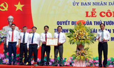 Thừa ủy quyền của Thủ tướng Chính phủ, đồng chí Nguyễn Văn Khánh - Phó Chủ tịch UBND tỉnh trao Quyết định công nhận thành phố Yên Bái hoàn thành nhiệm vụ xây dựng nông thôn mới năm 2019.