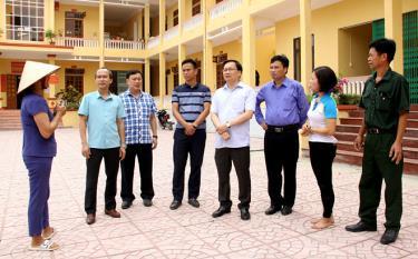 Đồng chí Đỗ Đức Minh - Bí thư Thành ủy (thứ tư từ phải sang) cùng lãnh đạo Thành ủy Yên Bái trao đổi với cán bộ phường Nam Cường về công tác xây dựng Đảng. Ảnh: Ngọc Đồng