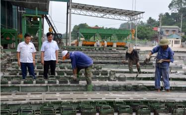 Công nhân Công ty cổ phần Hồng Nam sản xuất các loại cột điện cung ứng cho các công trình điện trong và ngoài tỉnh.