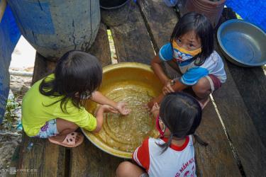 Các em nhỏ ở xã Quảng Hòa, huyện Đăk Glong rửa tay trước khi ăn cơm. Đây là một trong ba điểm dịch của tỉnh Đăk Nông.