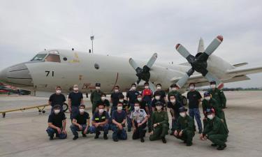 Tổ bay P-3C và nhân viên kỹ thuật tại sân bay Tân Sơn Nhất hồi tháng 6.