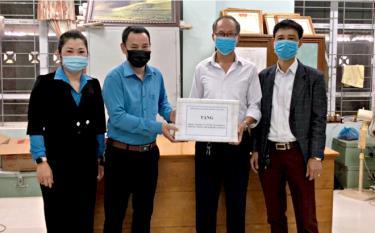 Lãnh đạo LĐLĐ huyện Văn Chấn trao hỗ trợ dung dịch sát khuẩn và khẩu trang cho công nhân lao động tại CĐCS Công ty TNHH Nghĩa Văn trong đợt cao điểm phòng chống dịch Covid - 19.