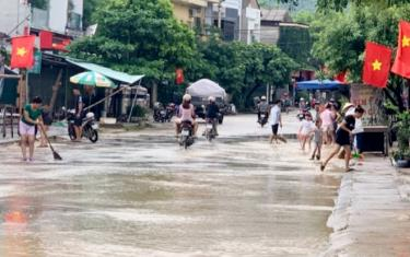 Trận mưa đêm 4 ngày 5/7 vừa qua đã làm nhiều tuyến đường ở thị trấn Yên Thế và xã Minh Xuân, huyện Lục Yên bị ngập úng cục bộ, gây khó khăn cho người và người tiện lưu thông.