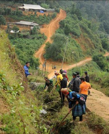 Người dân thôn Háng Xê, xã Xà Hồ, huyện Trạm Tấu khơi thông cống rãnh để tránh ngập lụt trong mùa mưa.