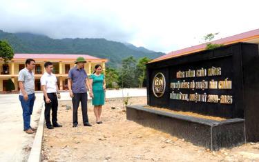 Lãnh đạo huyện Văn Chấn kiểm tra tiến độ xây dựng công trình chào mừng Đại hội đại biểu Đảng bộ huyện lần thứ XXI.