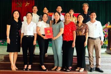 Bà Hà Thị Đoá – Phó Chủ tịch Hội LHPN tỉnh (người thứ 4, trái sang) trao Giấy chứng nhận cho HTX Thanh long ruột đỏ Minh Quân.