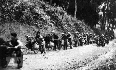 Dân công thồ hàng bằng xe đạp phục vụ cho chiến dịch Điện Biên Phủ. (Ảnh: Tư liệu/TTXVN)