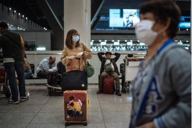Người dân mắc kẹt tại sân bay ở Manila, Philippines.