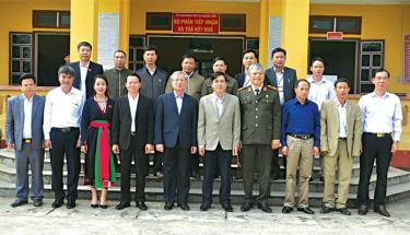 Đồng chí Trần Quốc Vượng - Ủy viên Bộ Chính trị, Thường trực Ban Bí thư cùng các đồng chí lãnh đạo tỉnh, huyện Văn Chấn tiếp xúc cử tri tại xã Nghĩa Tâm.