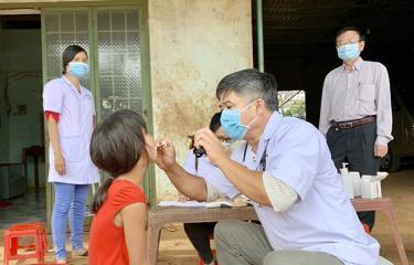 Ngành y tế tỉnh Gia Lai thực hiện khám sàng lọc cho người dân tại làng Bông Hiot, xã Hải Yang, huyện Đak Đoa- nơi có ca bệnh bạch hầu tử vong.