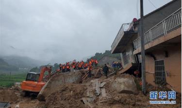 Các nhân viên cứu hộ có mặt tại hiện trường vụ sạt lở ở huyện Hoàng Mai thuộc tỉnh Hồ Bắc.