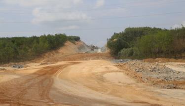 Công trường dự án cao tốc Cam Lộ - La Sơn thuộc tuyến cao tốc Bắc - Nam phía đông.