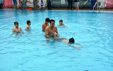 Trẻ em trên địa bàn huyện Trấn Yên học bơi phòng, chống tai nạn đuối nước.