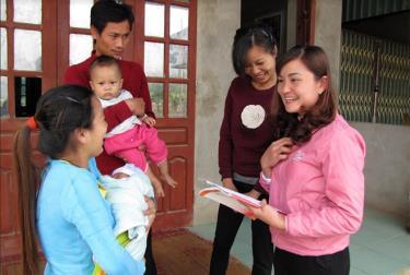 Tuyên truyền nâng cao chất lượng dân số cho người trong độ tuổi sinh đẻ ở thôn Nhầy, xã Châu Quế Thượng.