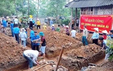 Từ những nguồn lực xã hội hóa, 5 năm qua, thị xã Nghĩa Lộ đã hỗ trợ làm nhà ở cho 596 hộ nghèo.