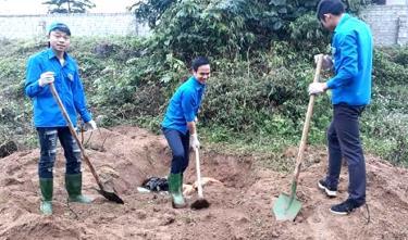 Đoàn viên thanh niên huyện Văn Yên tham gia đào hố rác vệ sinh môi trường.