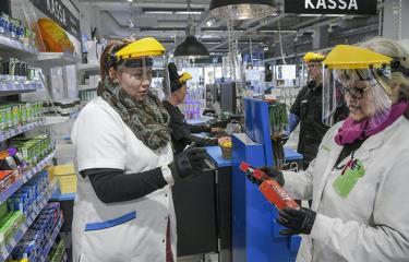 Người dân sử dụng mặt nạ phòng hộ ngừa dịch COVID-19 tại Vantaa, Phần Lan ngày 1/4 vừa qua.