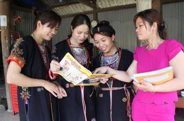 Một buổi truyền thông trực tiếp tại từng hộ gia đình về công tác chăm sóc sức khỏe sinh sản tiền hôn nhân.