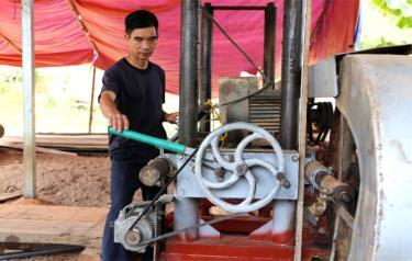 Bí thư Chi bộ, ông Phùng Văn Rèm - Bí thư Chi bộ thôn Cò Cọi , xã Sơn A, thị xã Nghĩa Lộ luôn gương mẫu, đi đầu trong mọi phong trào, đặc biệt là phong trào xây dựng nông thôn mới.