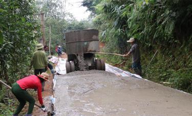 Nhân dân xã Lương Thịnh, huyện Trấn Yên kiên cố hóa đường giao thông nông thôn.