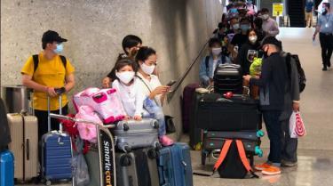 Các công dân Việt Nam chuẩn bị lên máy bay về nước.