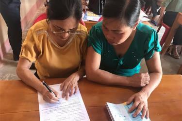 Người dân đăng ký tham gia bảo hiểm xã hội tự nguyện ngay tại các hội nghị đối thoại chính sách bảo hiểm xã hội tự nguyện.