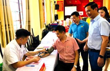 Đồng chí Dương Văn Tiến - Phó Chủ tịch UBND tỉnh, Trưởng ban Chỉ đạo vận động hiến máu tình nguyện tỉnh dự Ngày hội hiến màu tình nguyện.