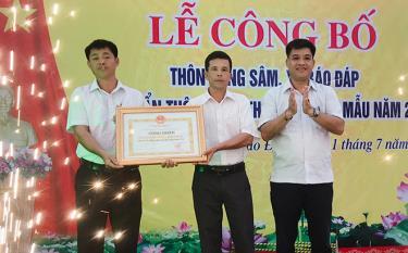 Lãnh đạo huyện Trấn Yên trao bằng công nhận thôn Đồng Sâm đạt chuẩn NTM kiểu mẫu.