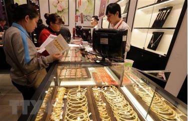 Hoạt động mua, bán vàng tại Công ty Vàng bạc Phú Quý, phố Trần Nhân Tông, Hà Nội.
