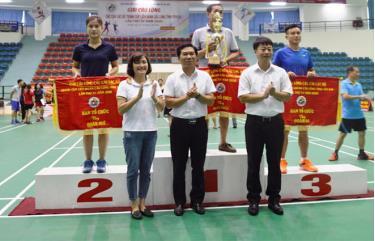 Ban tổ chức trao giải cho các đoàn đoạt thành tích xuất sắc.