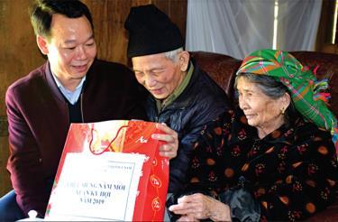 Đồng chí Đỗ Đức Duy - Phó Bí thư Tỉnh ủy, Chủ tịch UBND tỉnh thăm hỏi, động viên người cao tuổi tại tổ 10, thị trấn Mù Cang Chải.