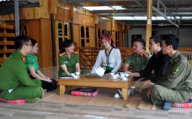 Thượng tá Lý Thị Cung - Phó Trưởng Công an huyện Mù Cang Chải (thứ 3 từ trái sang) bám sát cơ sở để nắm bắt tình hình an ninh trật tự.