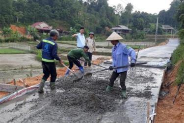 Nhân dân xã Hưng Khánh bê tông hóa đường giao thông nông thôn.