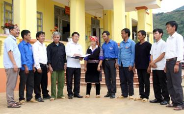 Lãnh đạo xã Mồ Dề trao đổi về công tác xây dựng nông thôn mới với các đảng viên trẻ.