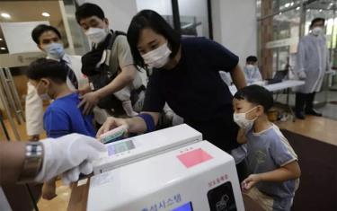 Người dân ở Seoul, Hàn Quốc đeo khẩu trang phòng dịch COVID-19.