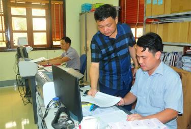 Lãnh đạo Cơ quan Tổ chức - Nội vụ huyện Trấn Yên trao đổi về công tác điều động, luân chuyển cán bộ.