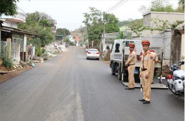 Cảnh sát giao thông huyện Văn Chấn tăng cường kiểm tra, xử lý vi phạm trên các tuyến đường.