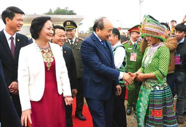Thủ tướng Chính phủ Nguyễn Xuân Phúc cùng các đồng chí lãnh đạo tỉnh chúc mừng nhân dân huyện Trấn Yên trong Lễ công bố huyện Trấn Yên đạt chuẩn quốc gia nông thôn mới năm 2020.