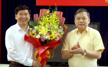 Đồng chí Dương Văn Thống - Phó Bí thư Thường trực Tỉnh ủy tặng hoa chúc mừng tân Phó Trưởng ban Dân vận Tỉnh ủy Nguyễn Phúc Cường.