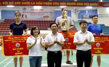 Ban tổ chức trao giải cho các đoàn đạt thành tích xuất sắc.