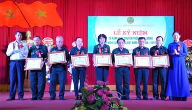 Các tập thể và cá nhân có thành tích xuất sắc được nhận Bằng khen của UBND tỉnh.